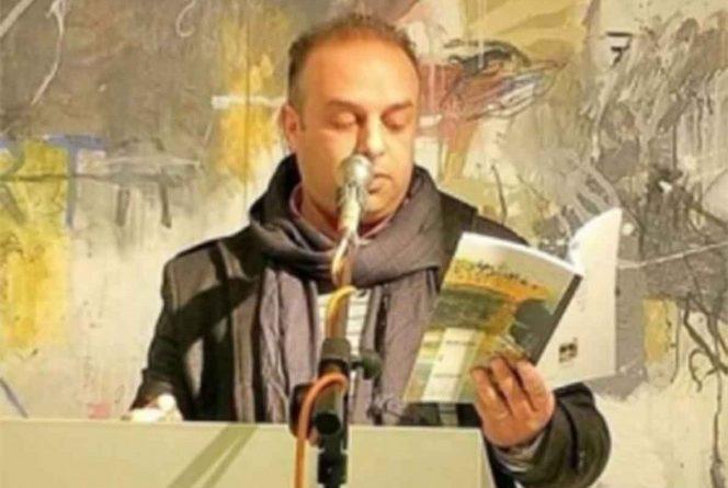 Poeta muere electrocutado, tomó  un micrófono defectuoso