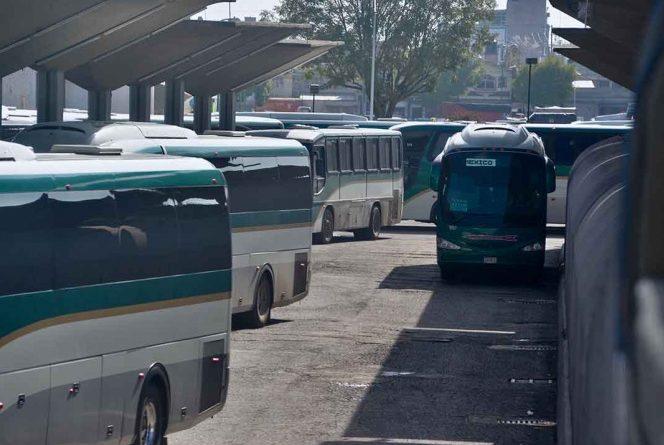 Normalistas 'secuestran' 38  autobuses con choferes  en el Edomex