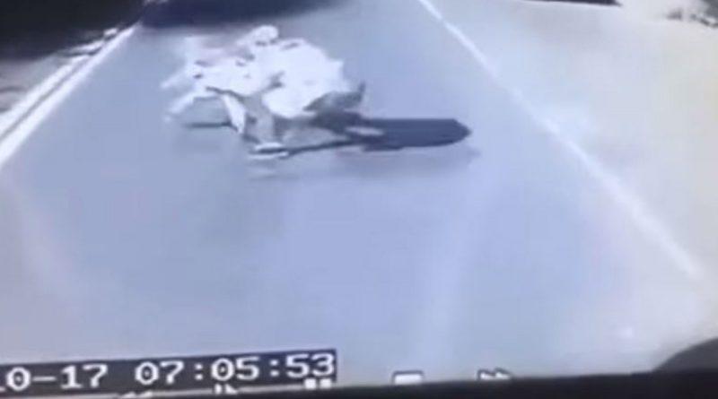 Papá descuidó un segundo a su hijo, al salvarlo murió atropellado