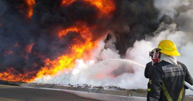 Desalojan a 200 personas por  incendio en ducto de Pemex