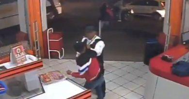 Policía intenta evitar asalto, le 'echan montón' y lo matan