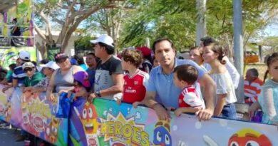 Vila convive con las familias  en la última jornada del Carnaval